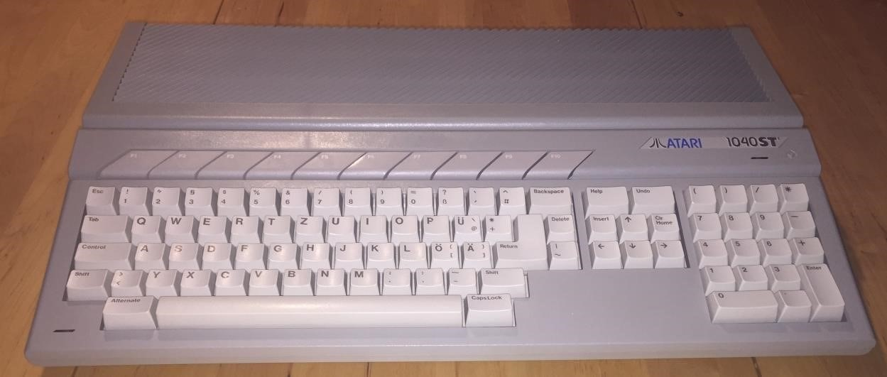 My new Atari STe, in pretty good condition. I found it on Ebay for the acceptable price of 108€.